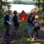 Die Kids bei einer Löschübung auf einem Orientierungsmarsch